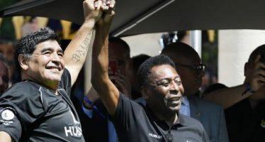 EN IMAGES – Pelé et Maradona s'affrontent dans un match à Paris la veille de l'Euro 2016
