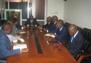 Le ministre Gilbert Mokoki présidant la séance de travail avec l'équipe de Transnet