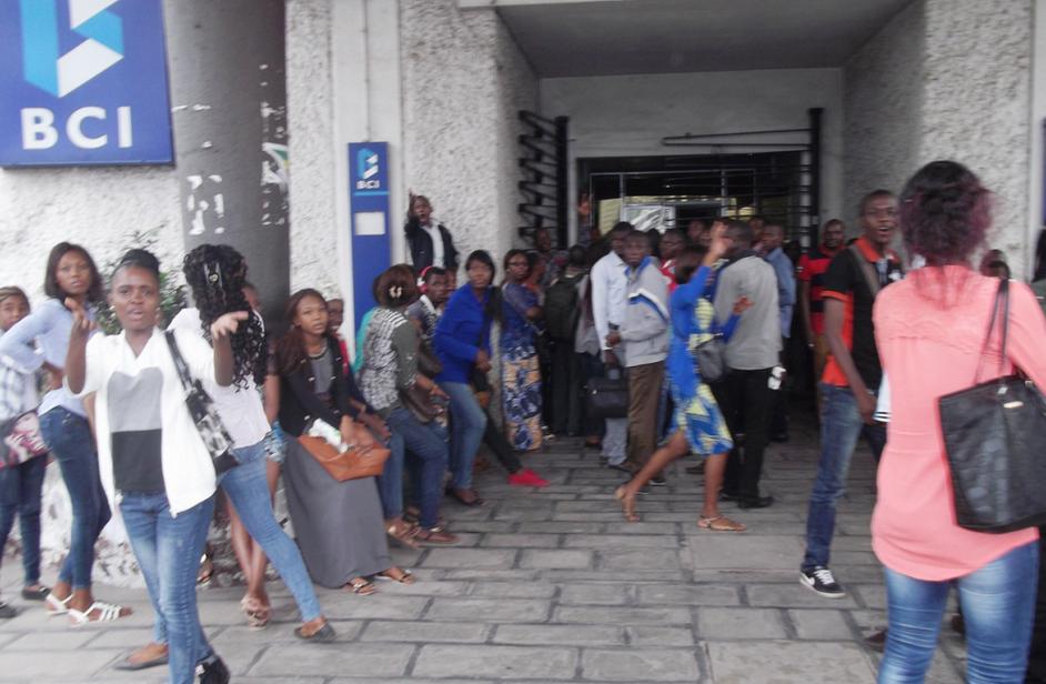 Les étudiants de la faculté des Sciences économiques ont manifesté leur colère le 21 juin contre les employés de l'agence du centre-ville de la Banque commerciale internationale (BCI)