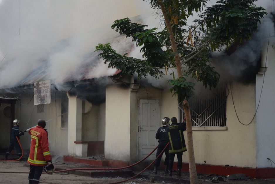 Les pompiers à pied d'œuvre pour éteindre le feu, Crédit Photos Adiac
