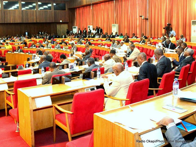 Des sénateurs en pleine séance d'adoption de la loi électorale le 23/01/2015 à Kinshasa.