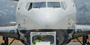 Un avion sur le tarmac de l'aéroport international Maya-Maya