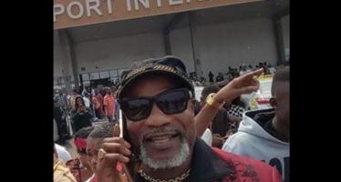 VIDÉO – RDC : L'artiste Koffi Olomidé hué à son arrivée à l'aéroport de Ndjili