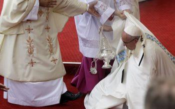 VIDÉO – Pologne : Aux JMJ, le pape François rate une marche et tombe