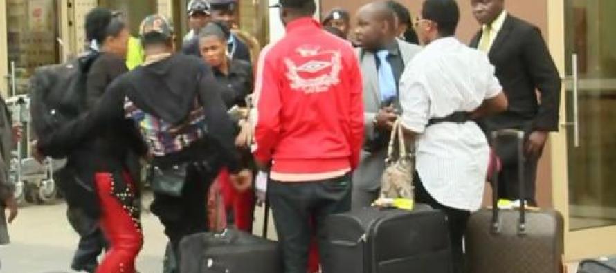 KOFFI OLOMIDE FRAPPE SA DANSEUSE A LEUR ARRIVÉE A L'AÉROPORT DE NAIROBI EN PLEINE JOURNÉE