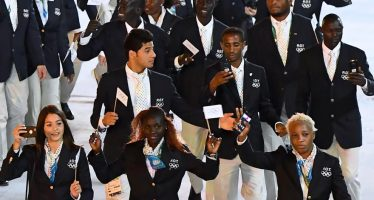 La première équipe olympique de réfugiés défile aux JO de Rio