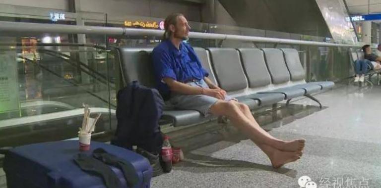 Amoureux, il attend pendant 10 jours une femme à l'aéroport