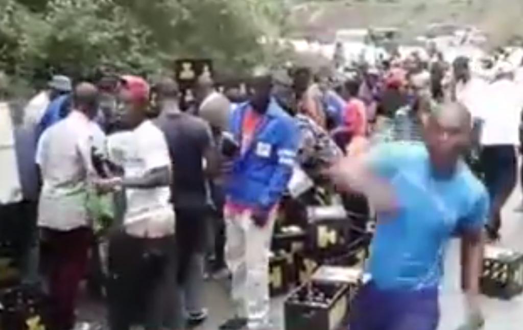 Un camion de livraison de boisson se renverse dans le Mayombe