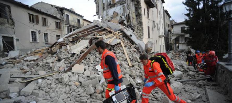 Séisme en Italie: le maire d'Amatrice porte plainte contre «Charlie Hebdo»