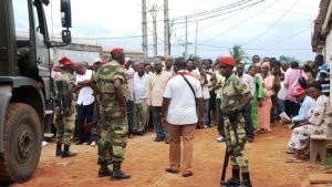 Des soldats maintiennent l'ordre devant un bureau de vote où des électeurs attendent de voter pour leur président, à Libreville, Gabon, 30 août 2009.