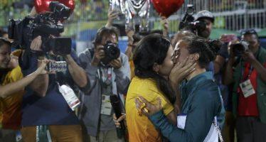 VIDÉO – Sur le terrain de rugby, une joueuse reçoit la demande en mariage de sa petite amie