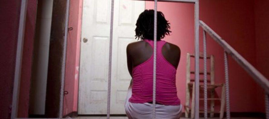Une jeune prostituée en prison. . .