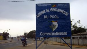 Un panneau à l'entrée de Kinkala, dans le Pool.