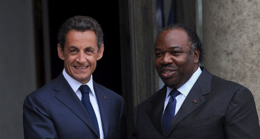 «Sarkozy va chercher Ali Bongo» lancent des activistes gabonais à Nicolas Sarkozy en meeting