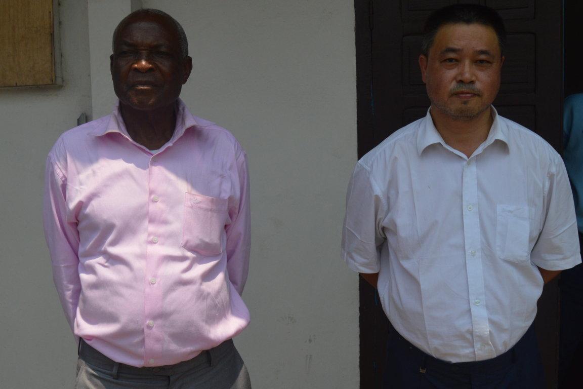 le professeur Zhou et Daniel Kaya-Kaya entre les mains de la Gendarmerie