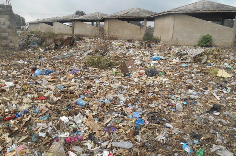 l'école primaire Miambanzila cohabite avec la poubelle