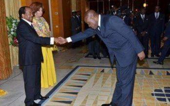 EN IMAGES – Au Cameroun, les courbettes d'un ministre devant Paul Biya amusent le Web