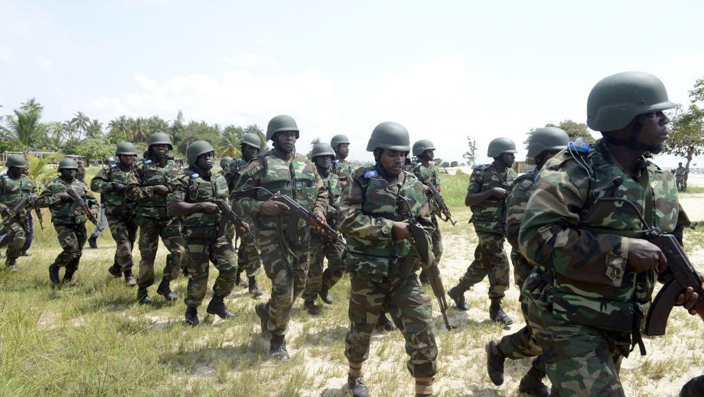 Des soldats de l'armée nigériane en exercice à Lagos, en octobre 2013. © AFP PHOTO/ PIUS UTOMI EKPEI