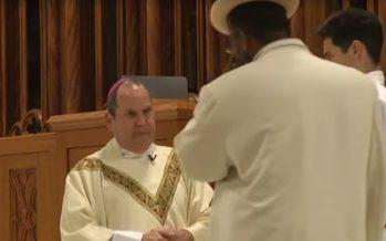 VIDÉO – Etats-Unis : un évêque catholique reçoit un coup de poing en pleine messe