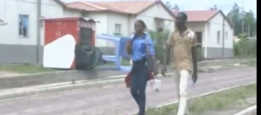 VIDEO – Congo : les élèves obligés de louer des chaises pour suivre les cours