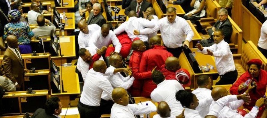 VIDÉO – Bagarre au parlement sud-africain pendant un discours de Zuma
