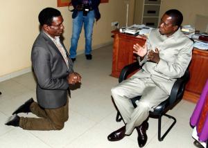 Le président zambien Lungu s'entretenant avec un de ses ministres