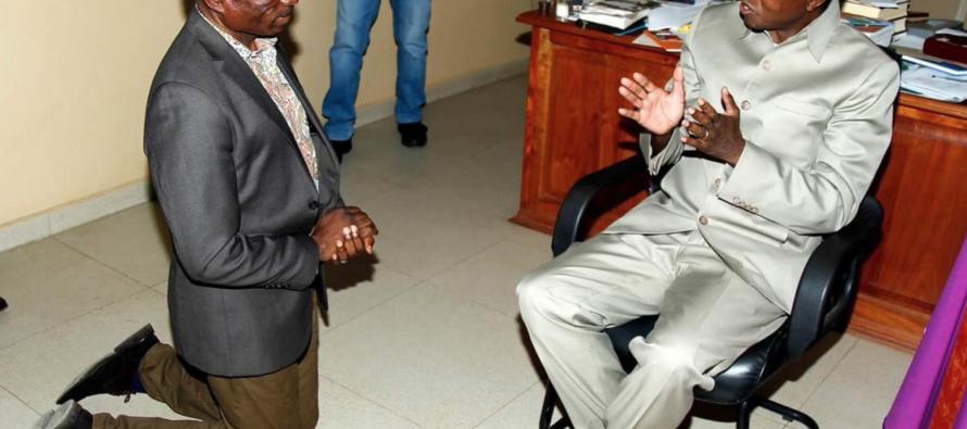 EN Images – Le président zambien Edgar Lungu s'entretenant avec un de ses ministres …