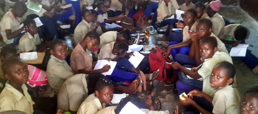 Congo – Brazzaville : Au CEG Pierre Mayindou de Mfilou, beaucoup dai??i??Ai??lA?ves prennent les cours Ai?? mA?me le sol