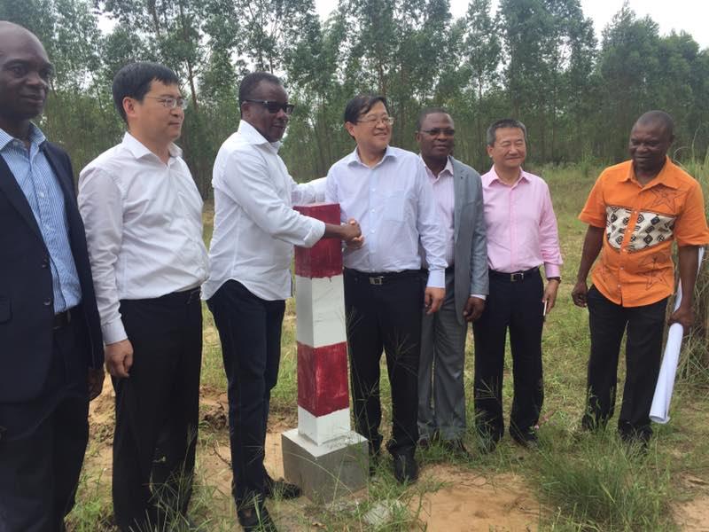 A Pointe Noire, Alain Akouala avec Wang Jian Jun Directeur Général de la Commission National de Développement et des Réformes de la Chine