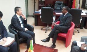 Le ministre Alain Akouala Atipault échangeant avec l'ambassadeur de Chine au Congo