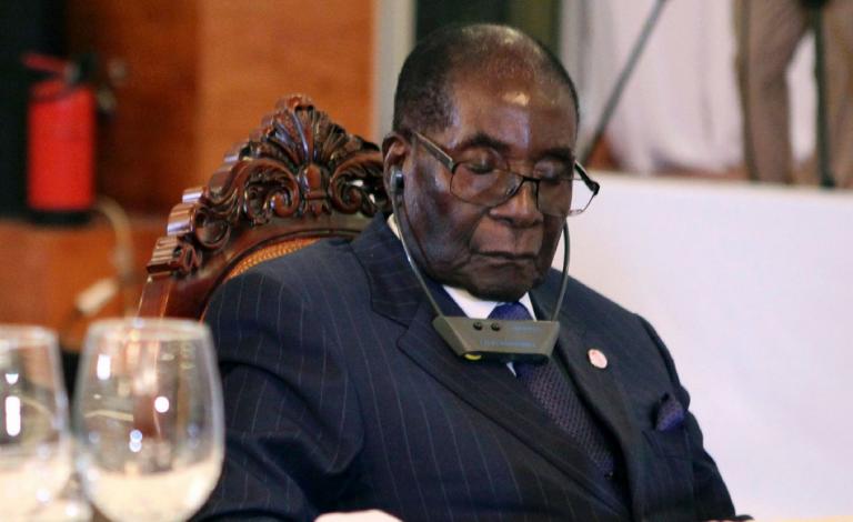 """Le président zimbabwéen Robert Mugabe ne s'endort pas en public : il """"protège ses yeux"""""""