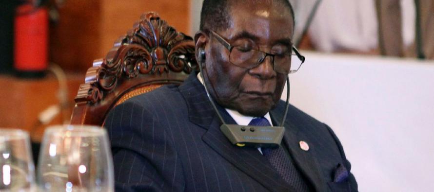 Le président zimbabwéen Robert Mugabe ne s'endort pas en public : il «protège ses yeux»
