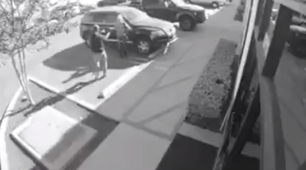 USA : braquée par un homme armé, elle répond !