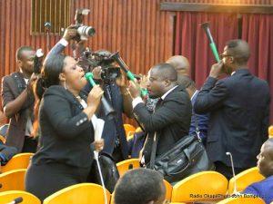 Des députés membres d'une frange de l'opposition congolaise manifestent leur mécontentement contre l'investiture du gouvernement Tshibala à l'Assemblée nationale à Kinshasa, le 16/05/2017 en sifflant. Radio Okapi/Ph. John Bompengo