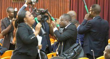 RDC – Investiture du gouvernement Tshibala : les députés de l'opposition protestent par des coups des sifflets