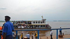Un-bateau-du-Congo-ramenant-en-RDC-des-Congolais-expulsés-ou-qui-ont-fui-craignant-une-expulsion-violente_0