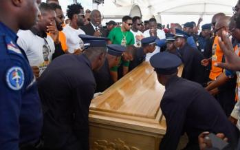 Côte d'Ivoire : un millier de personnes accueillent le corps de Cheick Tioté à Abidjan