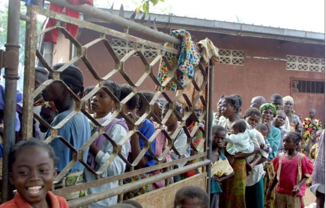 Des femmes et enfants déplacés de Kindamba, dans la région du Pool, le 5 juin 2002 au Congo