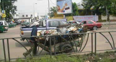 Congo: faute de bennes à ordures, les populations se rabattent sur des pousses-pousses