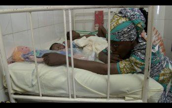 Congo – l'hôpital Adolphe-Sicé de Pointe-Noire : Plusieurs bébés dans un même lit