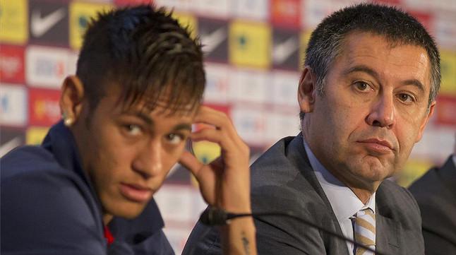 neymar-josep-maria-bartomeu-presentacion-del-delantero-brasileno-como-nuevo-jugador-del-barca-junio-del-2013-1422976098378