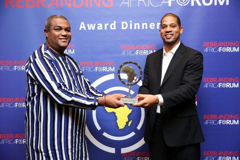 Thierry Hot, le fondateur du Forum et Fohla Mouftaou, un des promoteurs de Green Keeper Africa qui a remporté le prix de l'innovation qui est d'une valeur de 10 000 Euros.