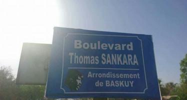 Burkina: pour la visite de Macron à Ouagadougou des étudiants débaptisent symboliquement l'avenue Charles De Gaulle en Thomas Sankara