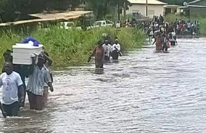 Congo – Intempéries : Des obsèques, les pieds dans l'eau, le cercueil à l'épaule