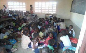 Congo – Dolisie : Les élèves de l'école primaire de Mboukou prennent les cours à même le sol