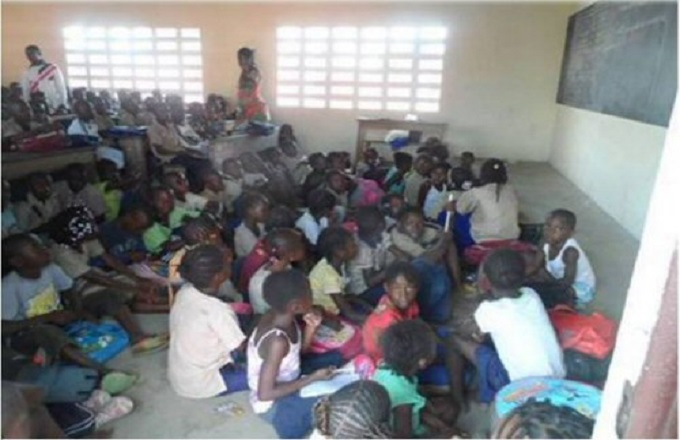 Les élèves de l'école primaire de Mboukou prennent les cours à même le sol