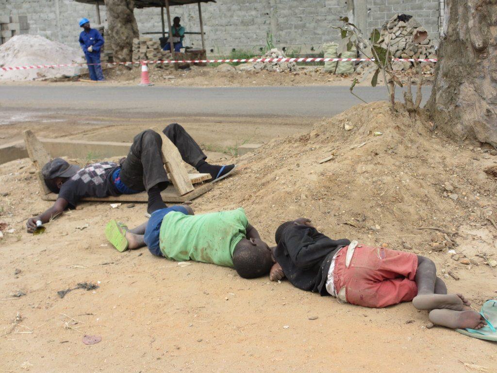 """Trois enfants de la rue dormant à même le sol Crédit photo""""Adiac"""""""