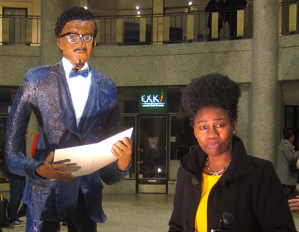 L'artiste d'origine congolaiseRhode Bath-Schéba Makoumbou installée à Bruxelles a créé une sculpture du héros de l'indépendance du Congo RD, Emery Patrice Lumumba, haut de 2m et exposé dans la capitale belge le dimanche 21 janvier.