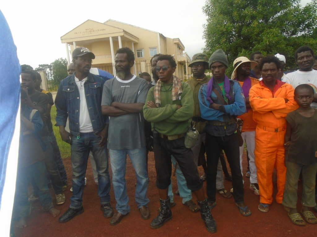 Une fraction de ninjas-nsiloulous de Kindamba suivant le meeting/Photo Adiac