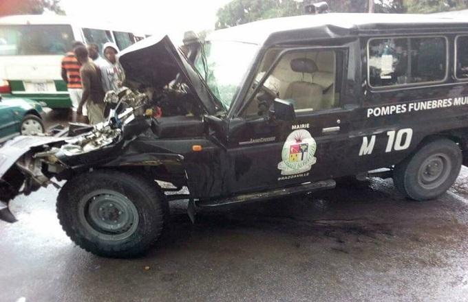 Un corbillard qui n'assurait pas de convoi funèbre est entré en collusion avec un véhicule poids lourd en stationnement sur l'accotement, jeudi sur une artère de la capitale Brazzaville